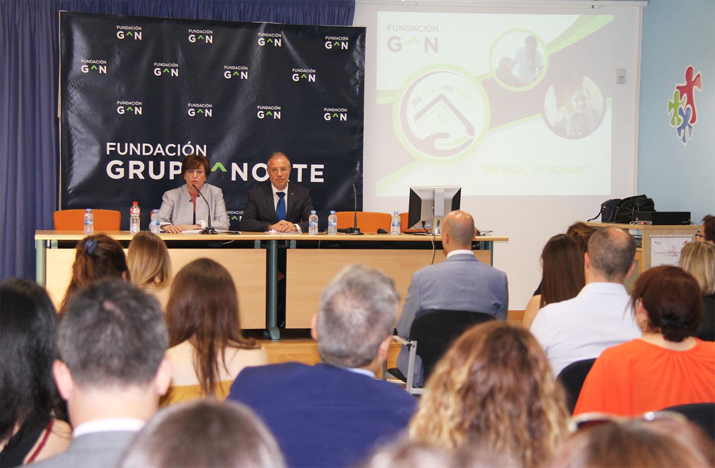 Almudena Fontecha, presidenta de Fundación Grupo Norte, y Pablo Rodríguez, director general de Familia y Políticas Sociales de la Junta de Castilla y León.